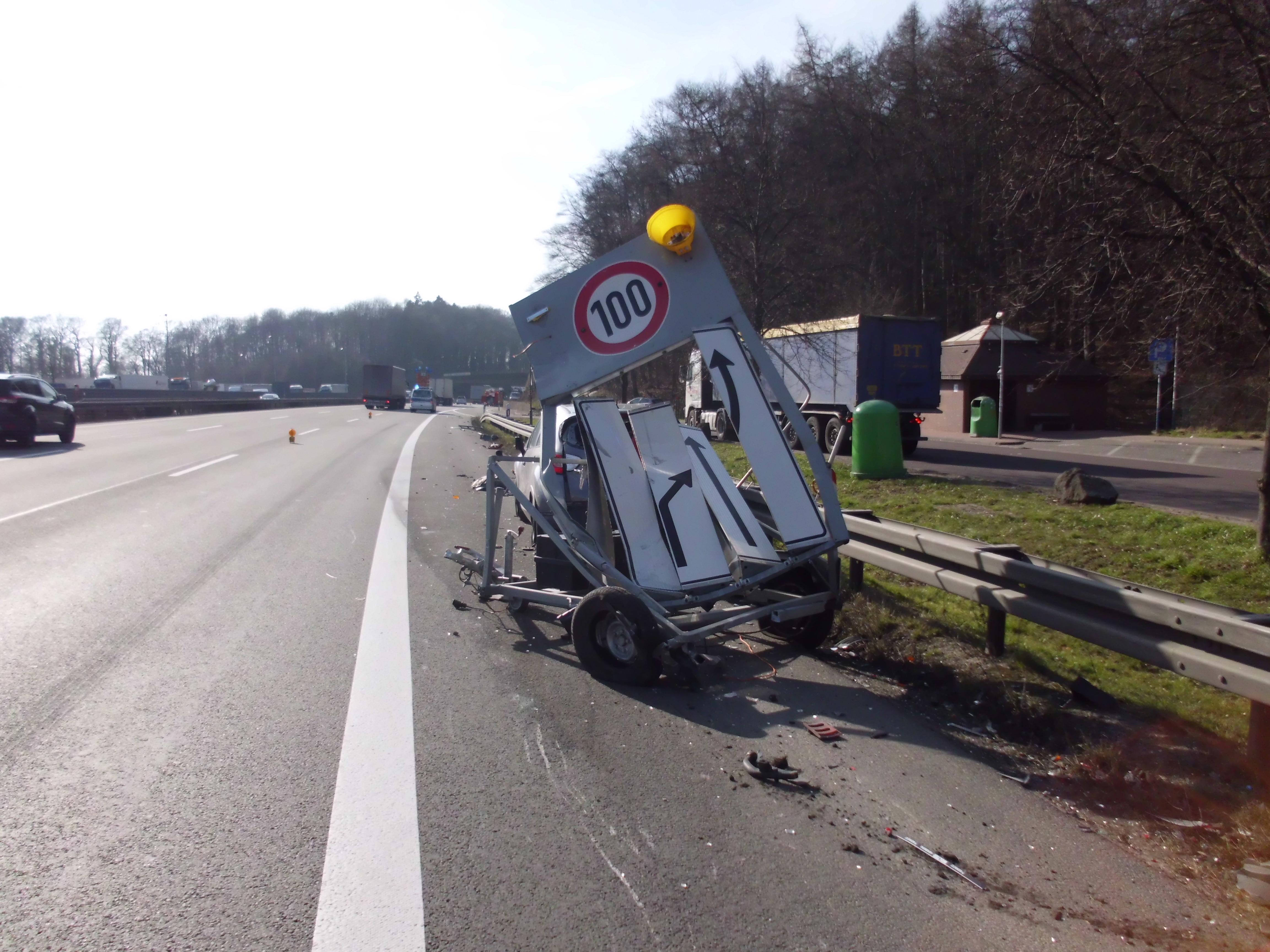 Verkehrsunfall mit auslaufenden Betriebsstoffen auf der BAB 2 in Richtung Dortmund